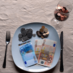 Картинка к статье про то, как правильно распределять деньги, чтобы их хватало на все цели и мечты